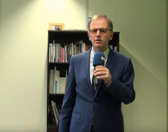 Burgemeester Van der Kamp geeft toelichting op avondklok